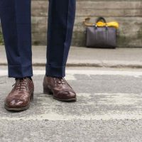 Combinar Traje Azul Marino con Zapatos Cafés, Marrones o Negros