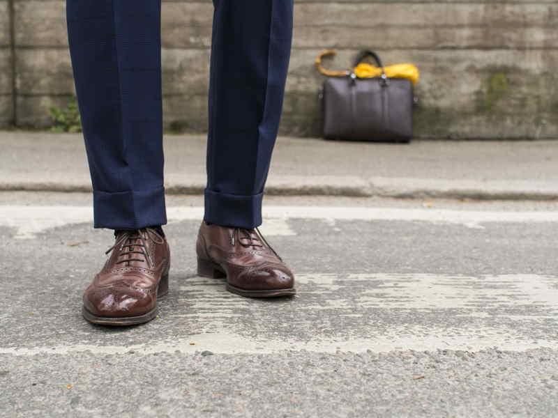 combinar terno azul marino con zapatos cafe