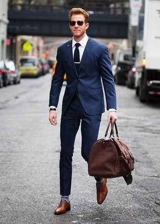 combinar traje azul marino con zapatos cafe