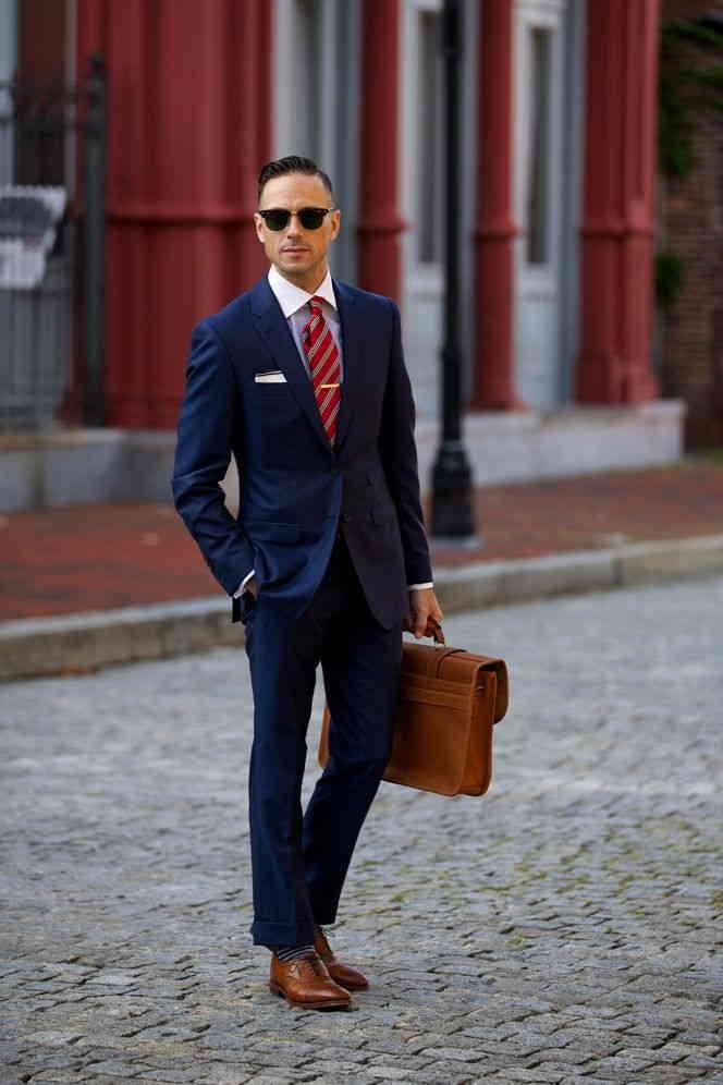 Traje azul corbata negra zapatos marrones