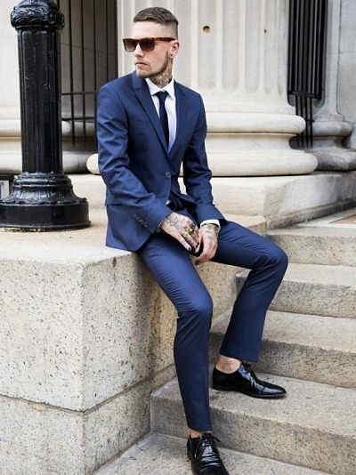 combinar traje azul marino con zapatos negros