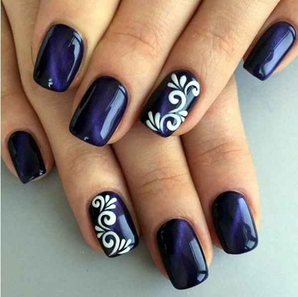 uñas pintadas en azul marino