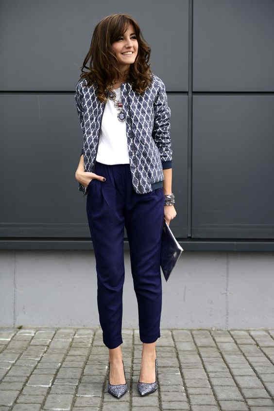 Cómo combinar un pantalón color azul marino