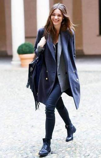 combinar abrigo azul marino mujer