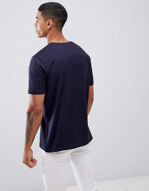 combinar una camiseta azul marino para hombre