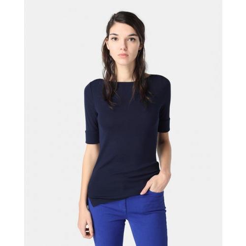 combinar una camiseta azul marino para mujer