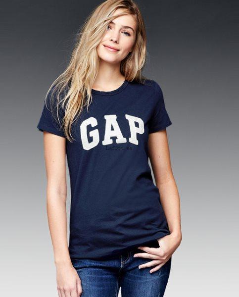 combinar una camiseta color azul marino mujer