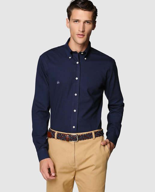 como combinar camisa azul marino hombre