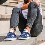 como combinar zapatillas azul marino hombre