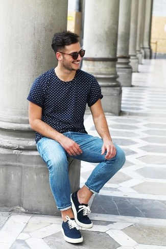 como combinar zapatillas azul marino para hombre
