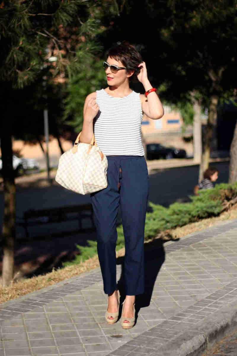 outfit pantalón azul marino